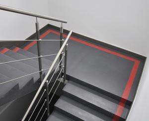 Quarzcolor-Boden hergestellt im Treppenhaus in einem Bürogebäude.