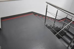 Quarzcolor-Boden in matter Ausführung im Treppenhaus.