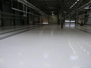 Quarzcolor-Epoxidboden, der im Produktionswerk der Automobilindustrie verwendet wird.