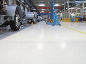 Quarzcolor Industrieboden in einer Produktionshalle mit hohen mechanischen Belastungen.