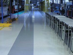Farbkombinationen des Quarzcolor-Bodens in der Produktionshalle.