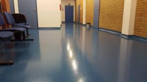 Quarzcolor-Boden im Schulkorridor.