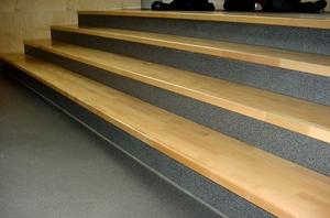 Quarzcolor Boden hergestellt auf der Treppe in Kombination mit Holz.