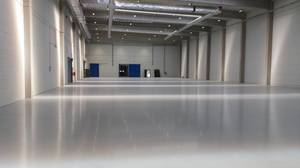 Bright Quarzcolor epoxy floor in a factory producing car parts.