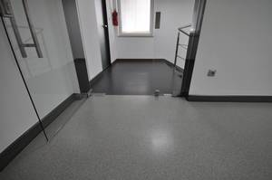 Combination of colours in the Quarzcolor epoxy floor in an office space corridor