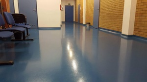 Quarzcolor floor in a school corridor.